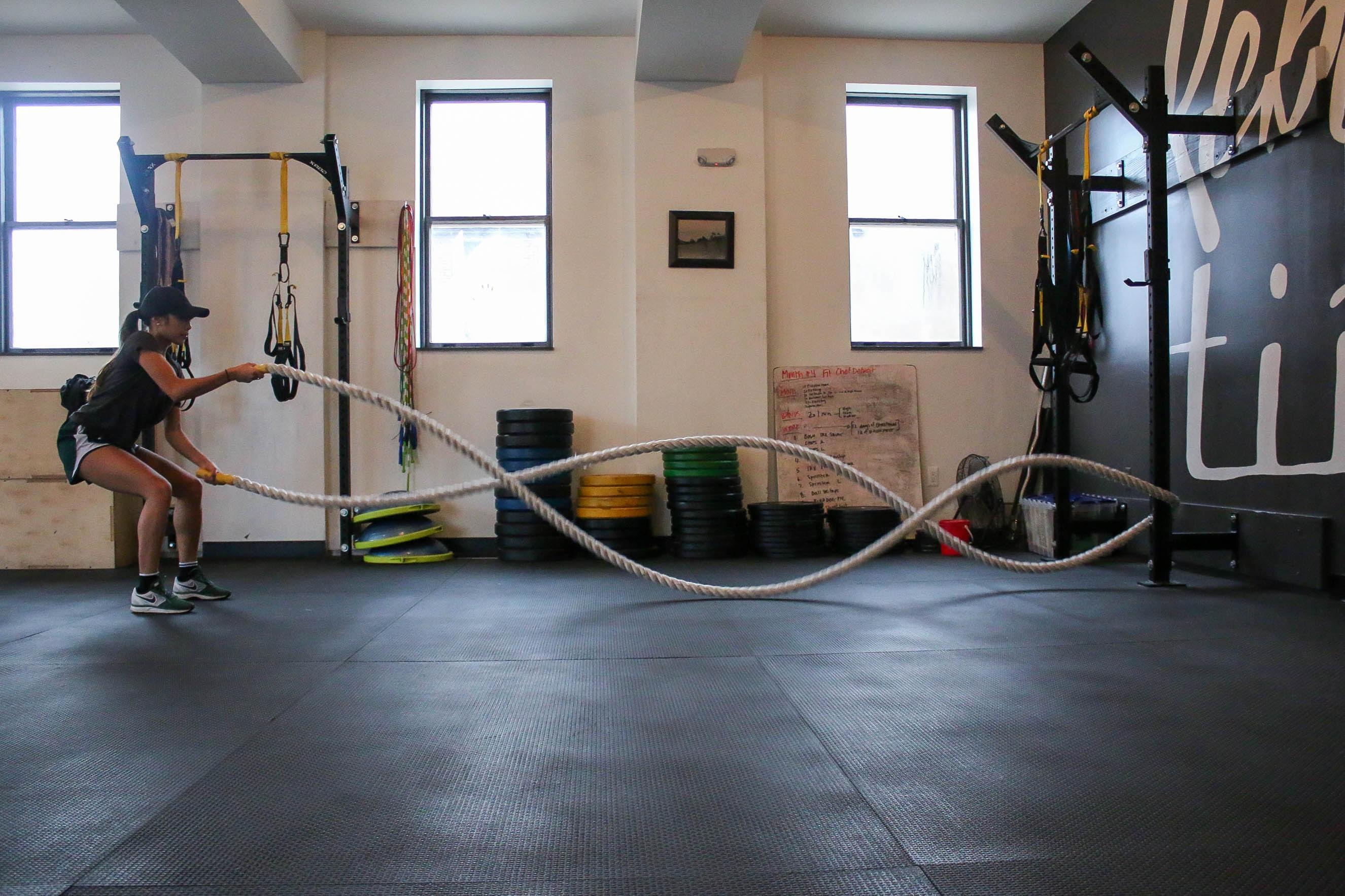 体組成計で筋肉量測定する女性