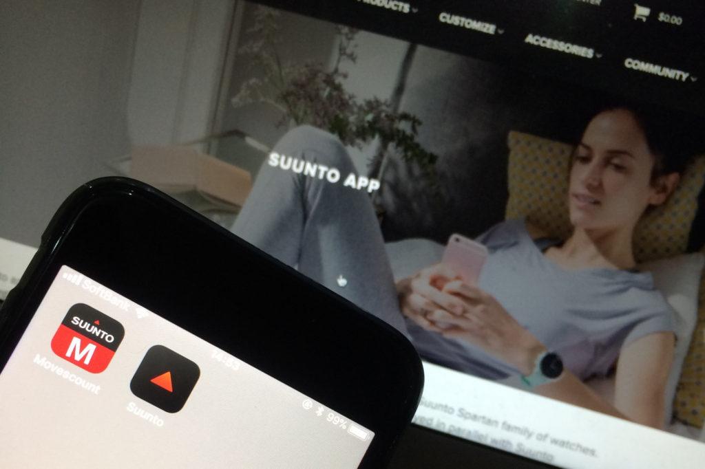 SUUNTOの新しいアプリをかざす男性
