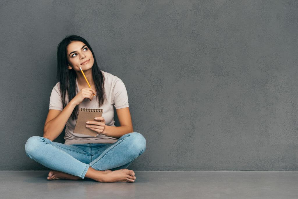 JouleLife(ジュールライフ)のヘルスアップレビューでオンラインアンケートに回答する女性