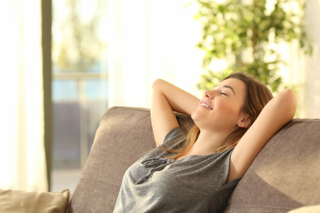 JouleLife(ジュールライフ)のヘルスアップレビューでオンラインでアドバイスを受けた後にセルフケアを実践する女性